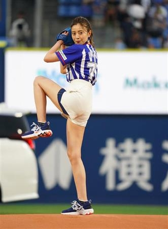 片瀬那奈の始球式エロ画像008