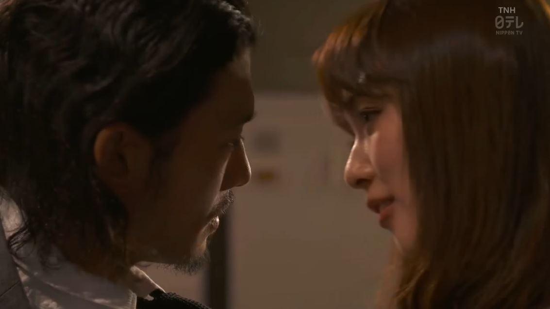 内田理央のドラマ『向かいのバズる家族』濃厚キスシーン、着衣おっぱいエロ画像004