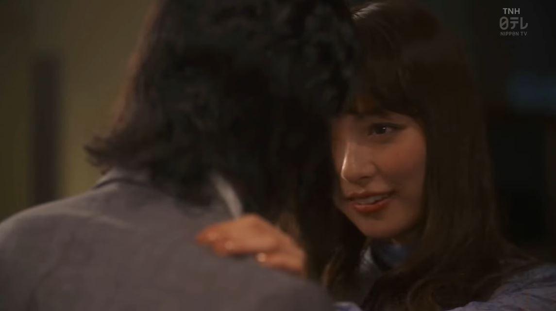内田理央のドラマ『向かいのバズる家族』濃厚キスシーン、着衣おっぱいエロ画像005