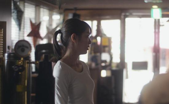内田理央のドラマ『向かいのバズる家族』濃厚キスシーン、着衣おっぱいエロ画像006