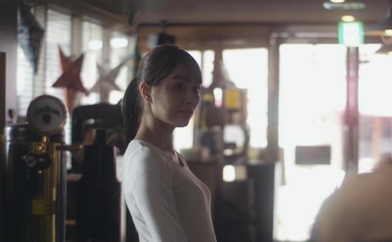 内田理央のドラマ『向かいのバズる家族』濃厚キスシーン、着衣おっぱいエロ画像007