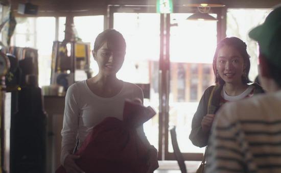 内田理央のドラマ『向かいのバズる家族』濃厚キスシーン、着衣おっぱいエロ画像013