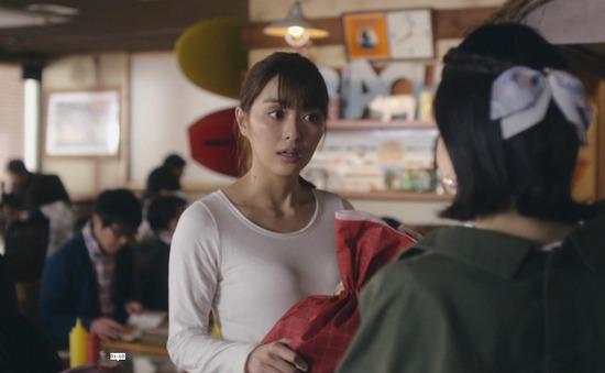 内田理央のドラマ『向かいのバズる家族』濃厚キスシーン、着衣おっぱいエロ画像015
