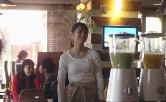 内田理央のドラマ『向かいのバズる家族』濃厚キスシーン、着衣おっぱいエロ画像017