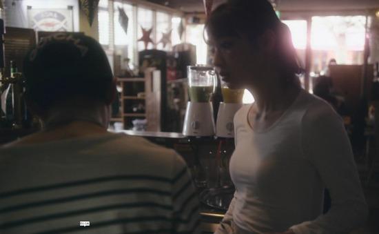 内田理央のドラマ『向かいのバズる家族』濃厚キスシーン、着衣おっぱいエロ画像019