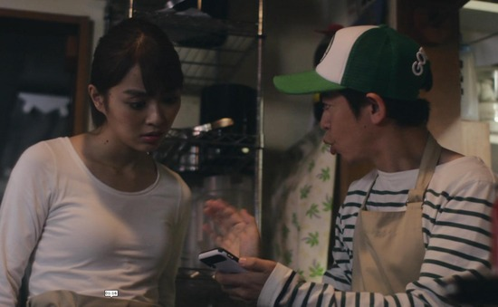 内田理央のドラマ『向かいのバズる家族』濃厚キスシーン、着衣おっぱいエロ画像020