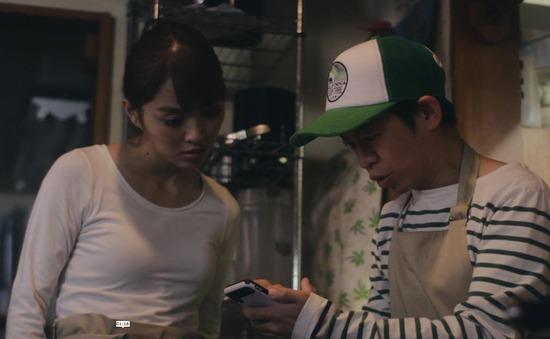 内田理央のドラマ『向かいのバズる家族』濃厚キスシーン、着衣おっぱいエロ画像021