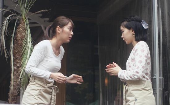 内田理央のドラマ『向かいのバズる家族』濃厚キスシーン、着衣おっぱいエロ画像024