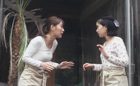 内田理央のドラマ『向かいのバズる家族』濃厚キスシーン、着衣おっぱいエロ画像025
