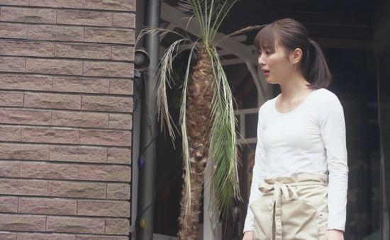 内田理央のドラマ『向かいのバズる家族』濃厚キスシーン、着衣おっぱいエロ画像030