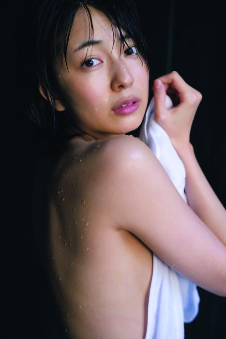 小島梨里杏(25)の写真集の背中ヌードや水着グラビア画像40枚