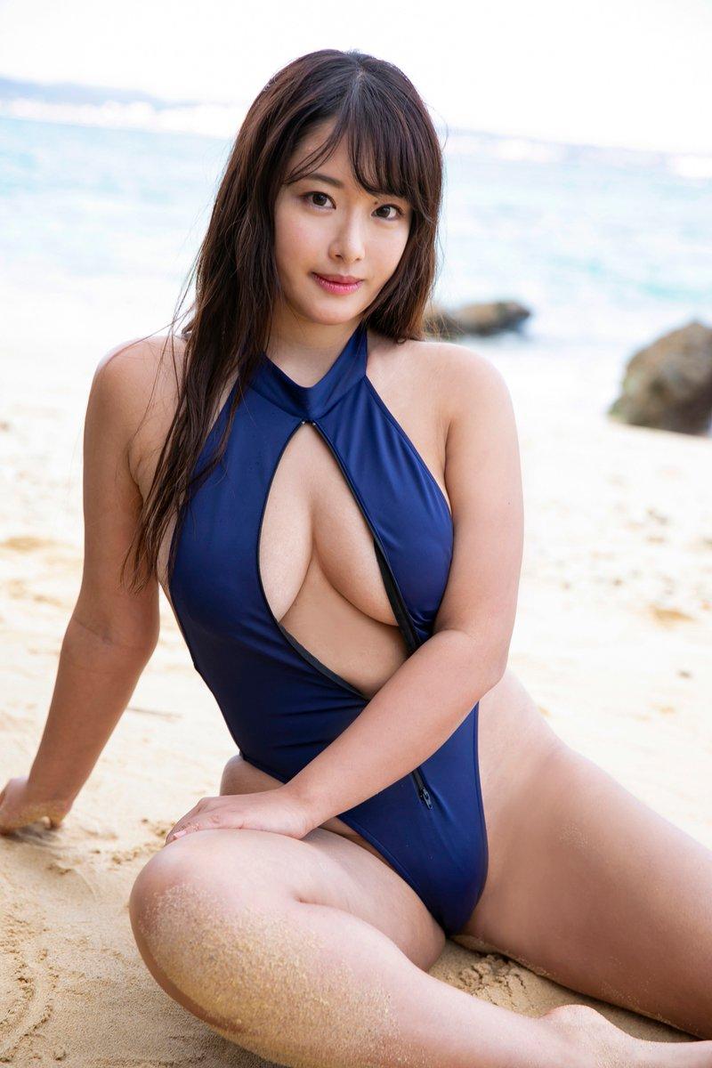 秋山かほ(21)の爆乳Iカップの過激水着グラビア画像40枚