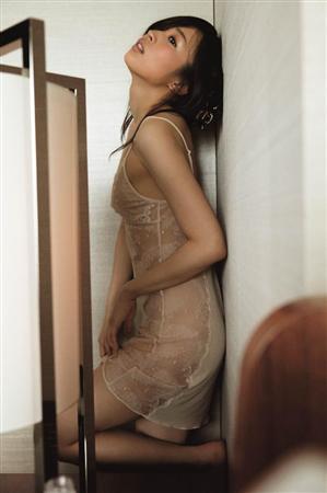 愛内里菜(38)のパンチラ、水着寸前セクシーグラビアエロ画像