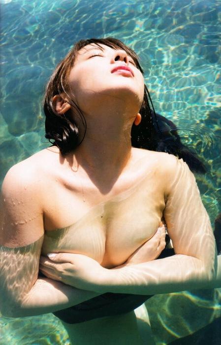 山田菜々の過去の水着グラビアエロ画像012