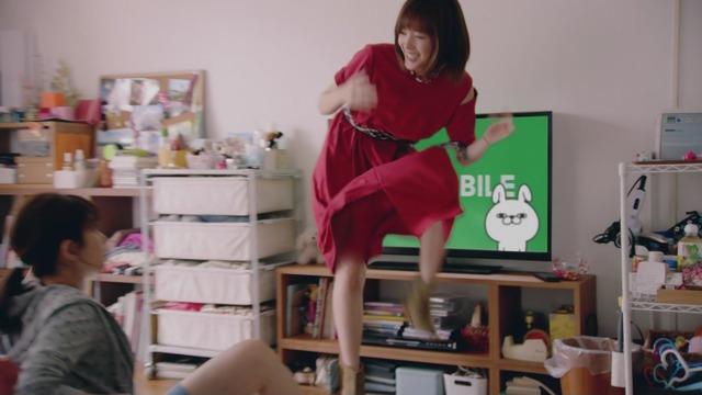 本田翼のLINEモバイルCMのパンチラエロ画像004