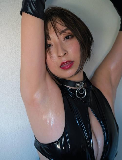 緒方咲のボンデージ衣装のグラビアエロ画像004
