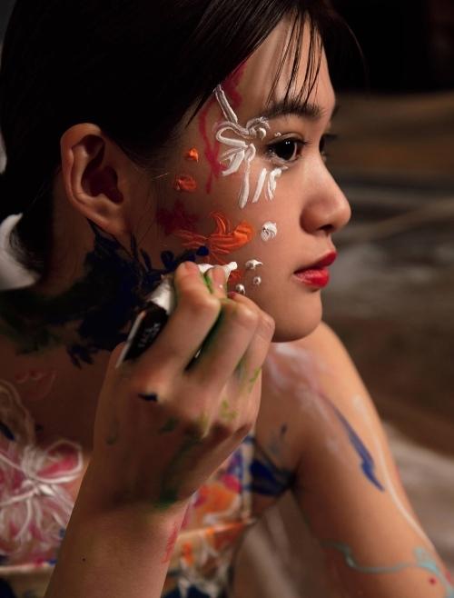 小西桜子の手ブラ水着グラビアエロ画像002