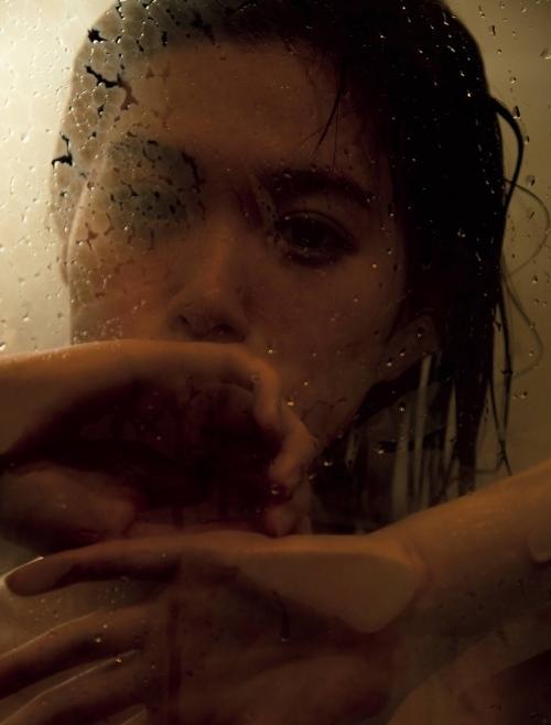 小西桜子の手ブラ水着グラビアエロ画像003