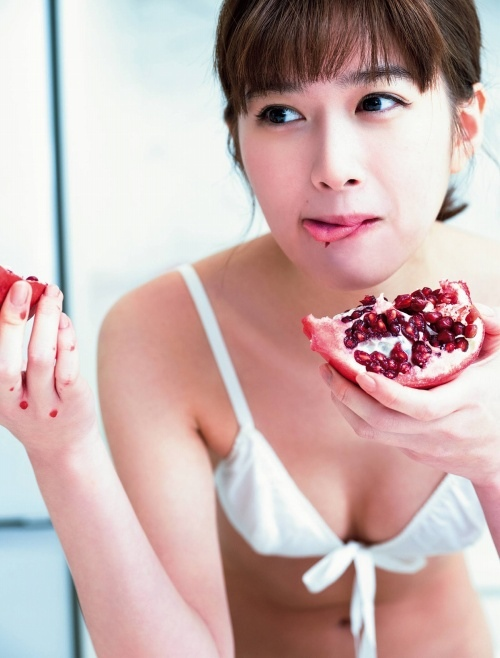 小西桜子の手ブラ水着グラビアエロ画像007