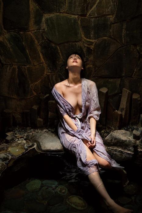 奈月セナの写真集『たまゆら』の過激グラビアエロ画像007