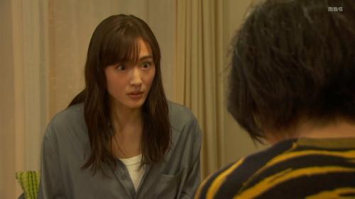 綾瀬はるかのドラマ『天国と地獄~サイコな2人~』胸チラ谷間のエロ画像001
