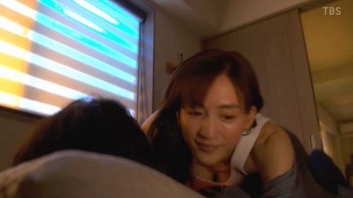 綾瀬はるかのドラマ『天国と地獄~サイコな2人~』胸チラ谷間のエロ画像011