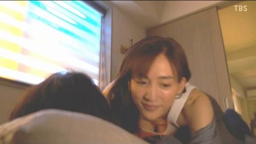 綾瀬はるかのドラマ『天国と地獄~サイコな2人~』胸チラ谷間のエロ画像012