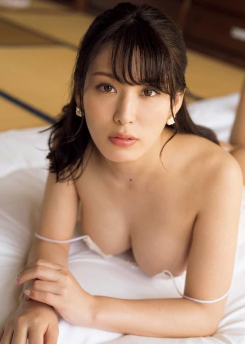 金子智美のFRIDAYのセミヌードグラビアエロ画像005