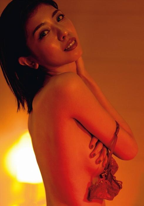 宮地真緒のFRIDAYの乳首透けヌードグラビアエロ画像009