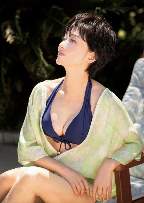 斉藤慶子の最新水着グラビアエロ画像004