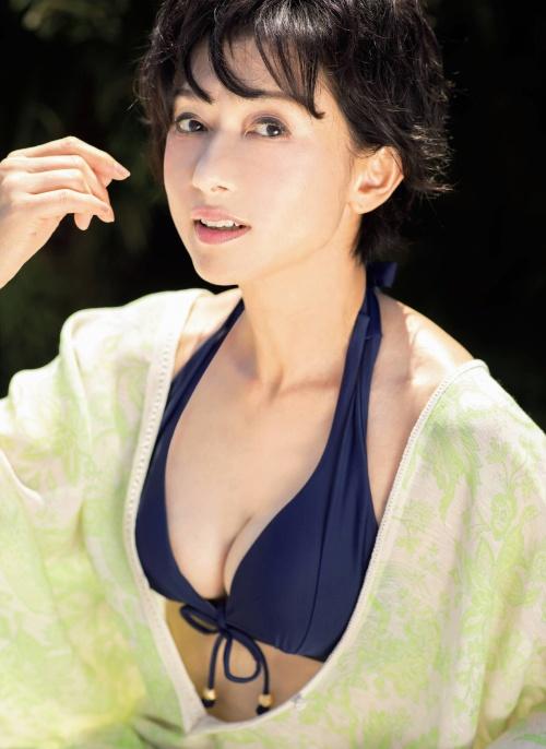 斉藤慶子の60歳の最新水着グラビアエロ画像007