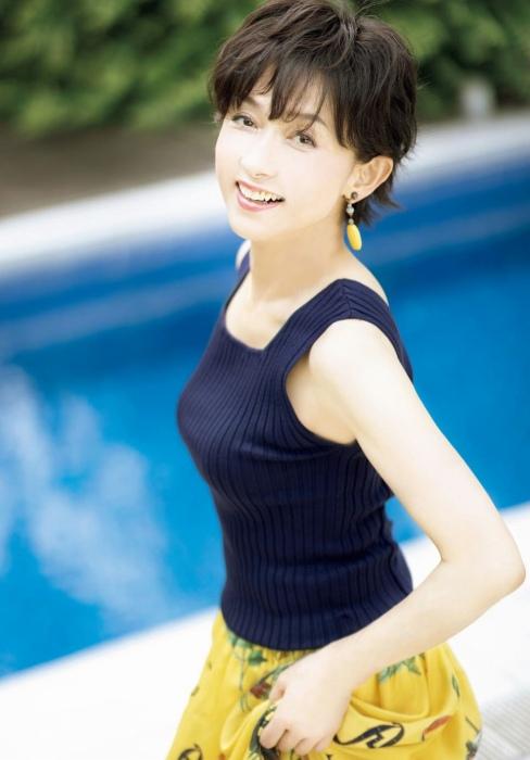 斉藤慶子の60歳の最新水着グラビアエロ画像009