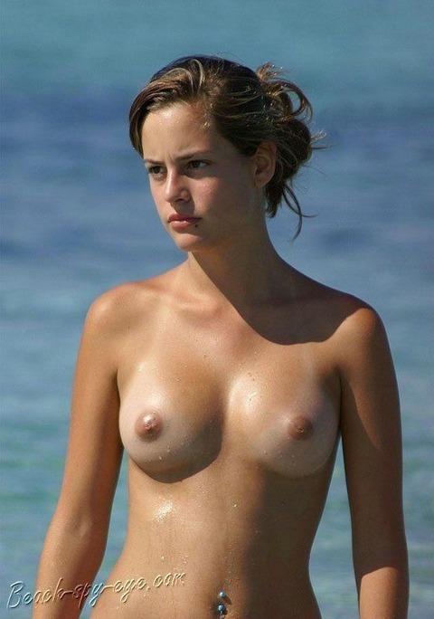 少女もすっぽんぽんになる外国のビーチwwww★ヌーディストビーチエロ画像・14枚目の画像