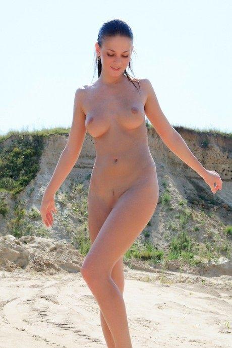少女もすっぽんぽんになる外国のビーチwwww★ヌーディストビーチエロ画像・2枚目の画像