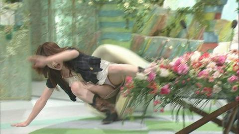 芸能人や女子アナのテレビで映っちゃったパンチラやおっぱいポロリのハプニング画像wwww・14枚目の画像