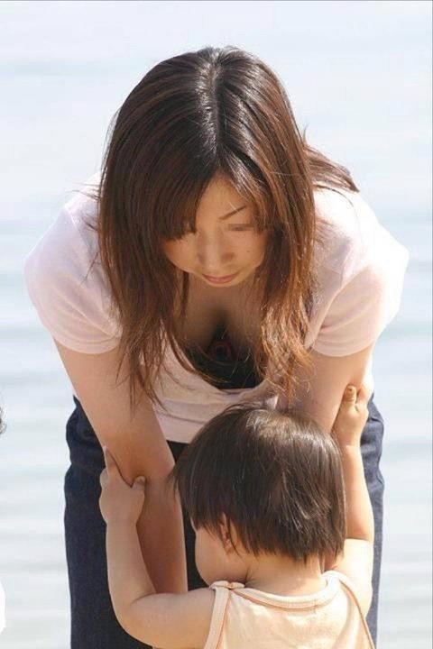 子連れママのゆるい胸元がおかずになりすぎるwwwww★素人胸チラエロ画像・14枚目の画像