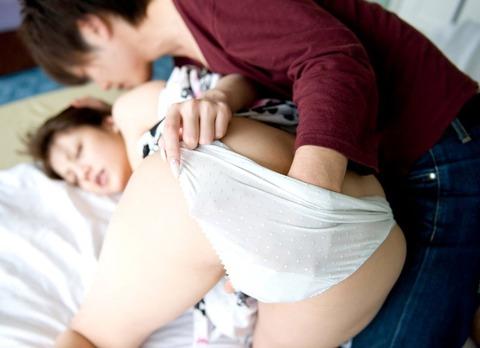 パンツも脱がさず股間を弄られてる女の表情が心なしか酷いwwww★手マンエロ画像・2枚目の画像