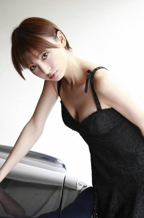 アヒル口はこの人の為にあると言っても過言ではない!篠田麻里子のアヒル口&グラビア画像 その②・25枚目の画像