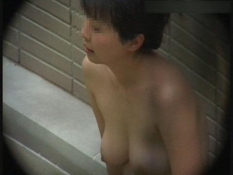 盗撮でしか見れない露天風呂の素の入浴wwww★素人盗撮エロ画像・9枚目の画像