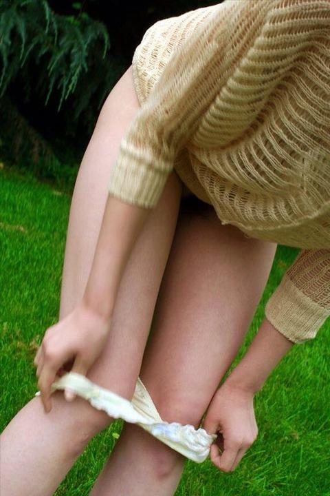 野外で着替えをする女子をうっかり盗み撮りwwww★着替え中エロ画像・15枚目の画像
