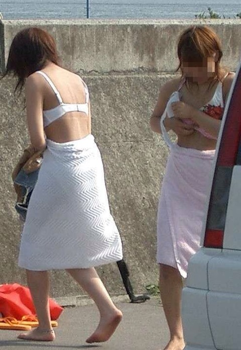 野外で着替えをする女子をうっかり盗み撮りwwww★着替え中エロ画像・18枚目の画像