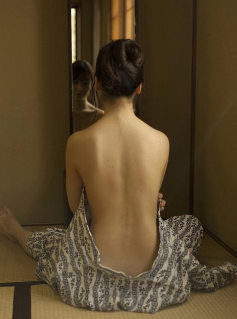 黒川智花さんのノーブラセミヌード画像を39枚ほど見繕ったのでご覧くださいwwwww・17枚目の画像
