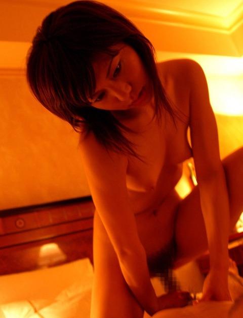 ち●ぽ掴んで挿入口へ先導するエロ過ぎる女の仕草wwwww★セックスエロ画像・22枚目の画像
