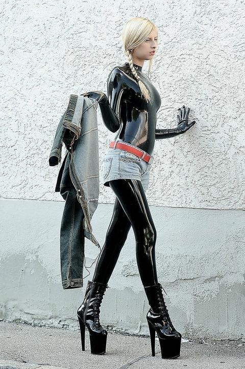外人のラバースーツのセンスが意味分からな過ぎてワロタwwwww★ラバースーツエロ画像・1枚目の画像