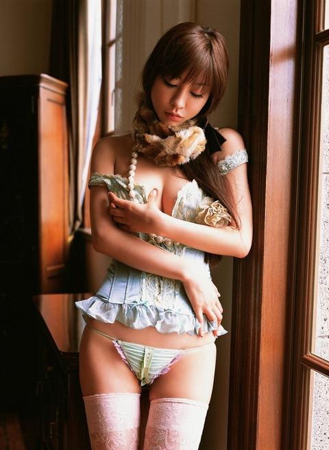 中山恵とかいうやたらに美脚でおっぱいを出したがるグラドルwwwww★中山恵エロ画像・18枚目の画像