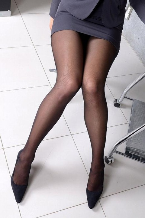 足コキされたら3秒でイキそうな美脚に黒ストを履かせてみた結果wwww★黒ストエロ画像・17枚目の画像