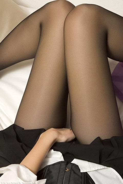 足コキされたら3秒でイキそうな美脚に黒ストを履かせてみた結果wwww★黒ストエロ画像・30枚目の画像