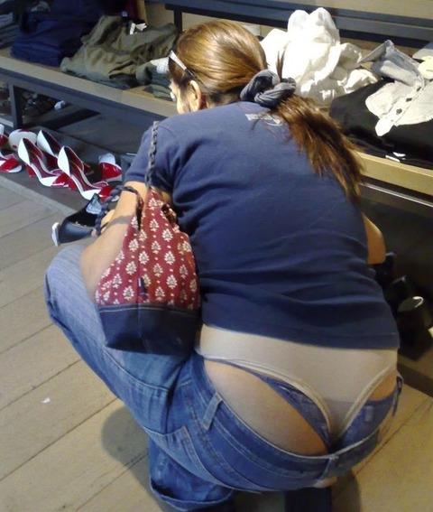 気抜きすぎwwww 街で見かけた気を抜いてパンツだ半ケツを見せてくれる素人エロ画像・5枚目の画像