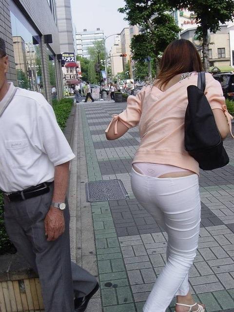 気抜きすぎwwww 街で見かけた気を抜いてパンツだ半ケツを見せてくれる素人エロ画像・10枚目の画像