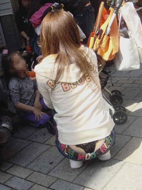 気抜きすぎwwww 街で見かけた気を抜いてパンツだ半ケツを見せてくれる素人エロ画像・6枚目の画像